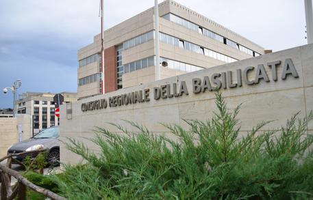 COSTI POLITICA: GDF E CC IN SEDE REGIONE BASILICATA